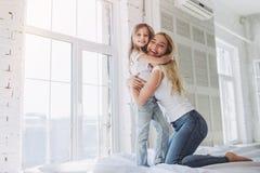 Mamma en dochter die pret hebben thuis Stock Foto's