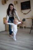 Mamma en dochter die pret samen het spelen hebben, Peuter eerste stap royalty-vrije stock foto's