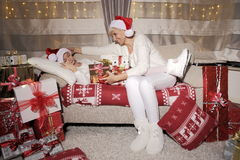 Mamma en dochter geniet het volledige geluk bij Kerstmis, van de giften Stock Foto's