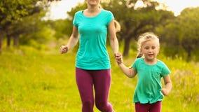 Mamma en dochter het lopen stock videobeelden