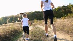 Mamma en dochter het lopen stock footage