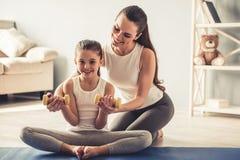 Mamma en dochter het uitwerken Stock Foto's