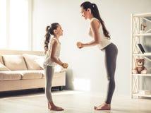 Mamma en dochter het uitwerken Stock Fotografie