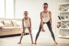 Mamma en dochter het uitwerken Royalty-vrije Stock Afbeeldingen