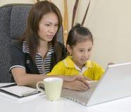 Mamma en dochter met computer Royalty-vrije Stock Foto