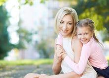 Mamma en dochter omhels Liefde stock foto