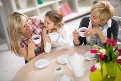 Mamma en dochter op een bezoek aan met haar grootmoeder Stock Foto's