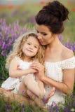 Mamma en dochter op een lavendelgebied Stock Foto