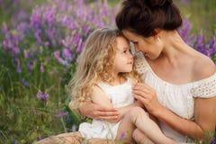 Mamma en dochter op een lavendelgebied Royalty-vrije Stock Afbeeldingen