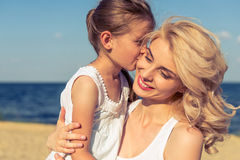 Mamma en dochter op het strand royalty-vrije stock fotografie