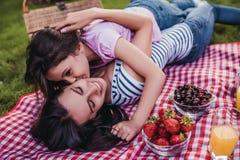 Mamma en dochter op picknick royalty-vrije stock foto's