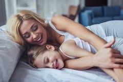 Mamma en dochter thuis Stock Foto's