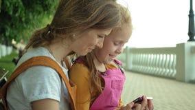 Mamma en dochtergebruiksgadgets in openlucht De zomer stock footage