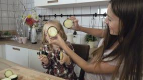 Mamma en dochterspel in de keuken stock video