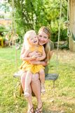 Mamma en dochterwang aan wang royalty-vrije stock fotografie