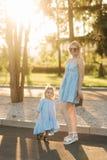 Mamma en haar dochter die en handen lopen houden stock foto