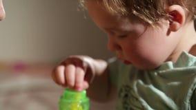 Mamma en haar zoon het kussen. Mooi dicht UPS. stock videobeelden