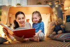 Mamma en kind die een boek lezen stock afbeelding