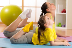 Mamma en kind die gymnastiek doen familiesporten Royalty-vrije Stock Fotografie