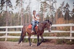 Mamma en kind op het paard Royalty-vrije Stock Afbeeldingen
