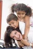 Mamma en kinderen stock afbeelding