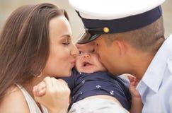 Mamma en papa die de baby kussen royalty-vrije stock fotografie