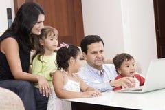 Mamma en papa die met hun kinderen genieten van Stock Foto