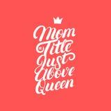 Mamma en titel precis ovanför skriftlig lettring för drottninghand Arkivfoto