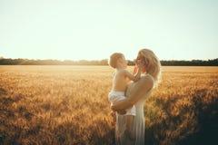 Mamma en zoon die pret door het meer, gebied hebben die in openlucht van aard genieten Stock Afbeeldingen
