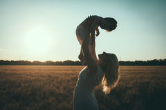 Mamma en zoon die pret door het meer, gebied hebben die in openlucht van aard genieten Royalty-vrije Stock Afbeeldingen