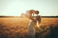 Mamma en zoon die pret door het meer, gebied hebben die in openlucht van aard genieten Stock Afbeelding