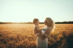 Mamma en zoon die pret door het meer, gebied hebben die in openlucht van aard genieten Royalty-vrije Stock Foto's