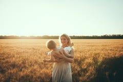 Mamma en zoon die pret door het meer, gebied hebben die in openlucht van aard genieten Stock Fotografie