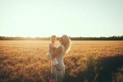 Mamma en zoon die pret door het meer, gebied hebben die in openlucht van aard genieten Royalty-vrije Stock Fotografie