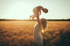 Mamma en zoon die pret door het meer, gebied hebben die in openlucht van aard genieten Stock Foto