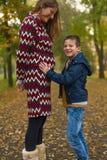 Mamma en zoon in park Royalty-vrije Stock Afbeelding