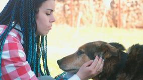 Mamma en zoonshuisdier de hond buiten Close-upgezichten stock videobeelden