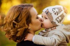 Mamma en zoonspark in de herfst Royalty-vrije Stock Afbeeldingen