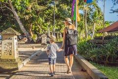Mamma en zoonsreizigers die Sanur, Bali Indonesië ontdekken Het reizen met kinderenconcept royalty-vrije stock fotografie