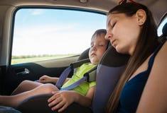 Mamma en zoonsslaap in de auto Royalty-vrije Stock Afbeeldingen