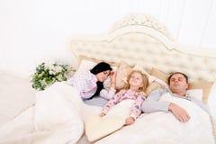 Mamma-, farsasömn och min dotter kan inte vakna upp dem eller gå asleen Royaltyfri Foto