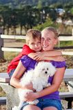 Mamma felice con il suo bambino e un cane di animale domestico Fotografia Stock Libera da Diritti