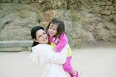Mamma felice e figlia che sorridono alla natura Fotografia Stock