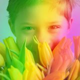 Mamma gialla sorridente dei tulipani del mazzo del ragazzo del ritratto immagine stock