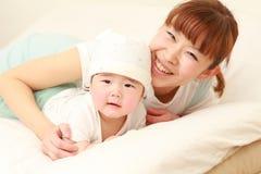 Mamma giapponese ed il suo bambino Immagini Stock Libere da Diritti