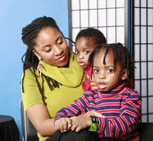 Mamma graziosa con i due grandi figli eyed Fotografia Stock Libera da Diritti