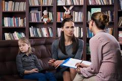 Mamma med daugher på konsultation Royaltyfri Fotografi