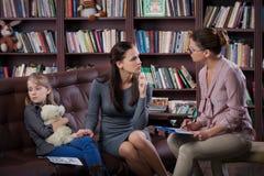 Mamma med daugher på konsultation Royaltyfria Bilder