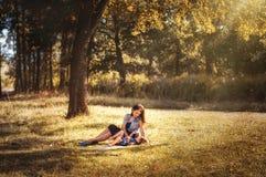 Mamma med ett barn på en gå i den felika skogen Royaltyfria Bilder