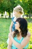 Mamma med ett barn på naturen Royaltyfri Fotografi